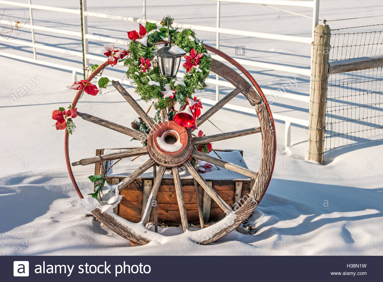 gebrochen rostige wagenrad dekoriert fur weihnachten h38n1w