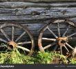 Altes Wagenrad Dekorieren Frisch Alten Holzräder Aus Einem Wagen Auf Dem Hintergrund Eines