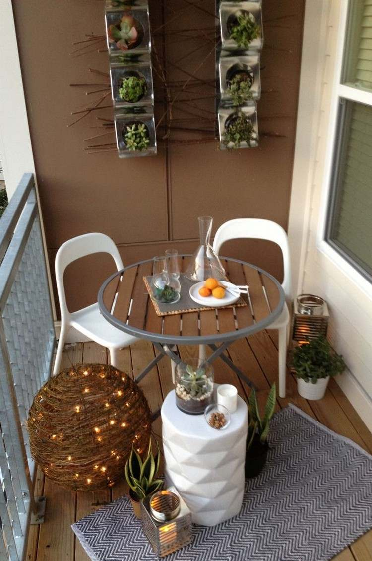Balkon Wanddeko 2018 Balkon Gestalten Dekorieren Sukkulenten Wanddeko Kleiner Tisch Stuehle