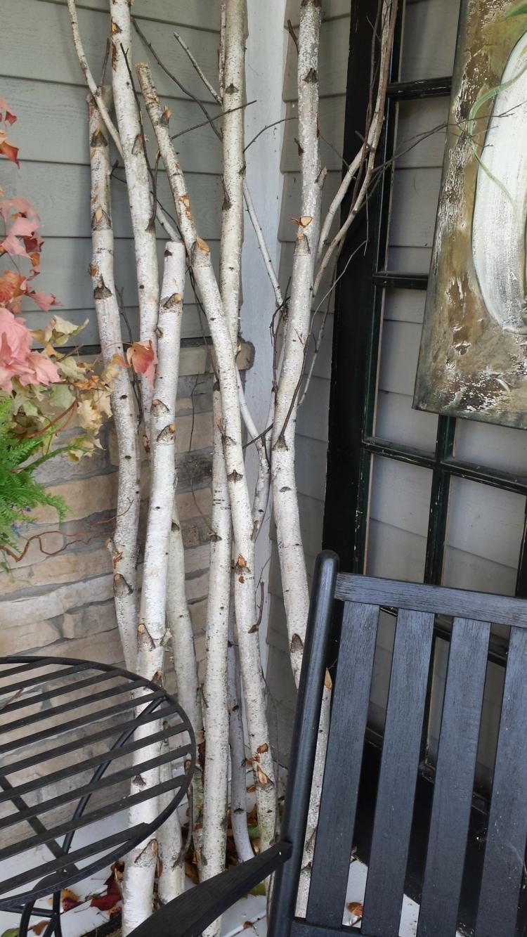 birkenstamm deko aeste veranda terrasse gestaltung schwarz moebel