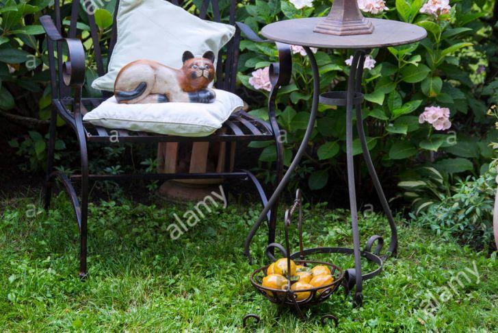 Deko Stuhl Garten Genial Stuhl Und Tisch Aus Eisen Mit Kerze Und Dekoration Im Garten
