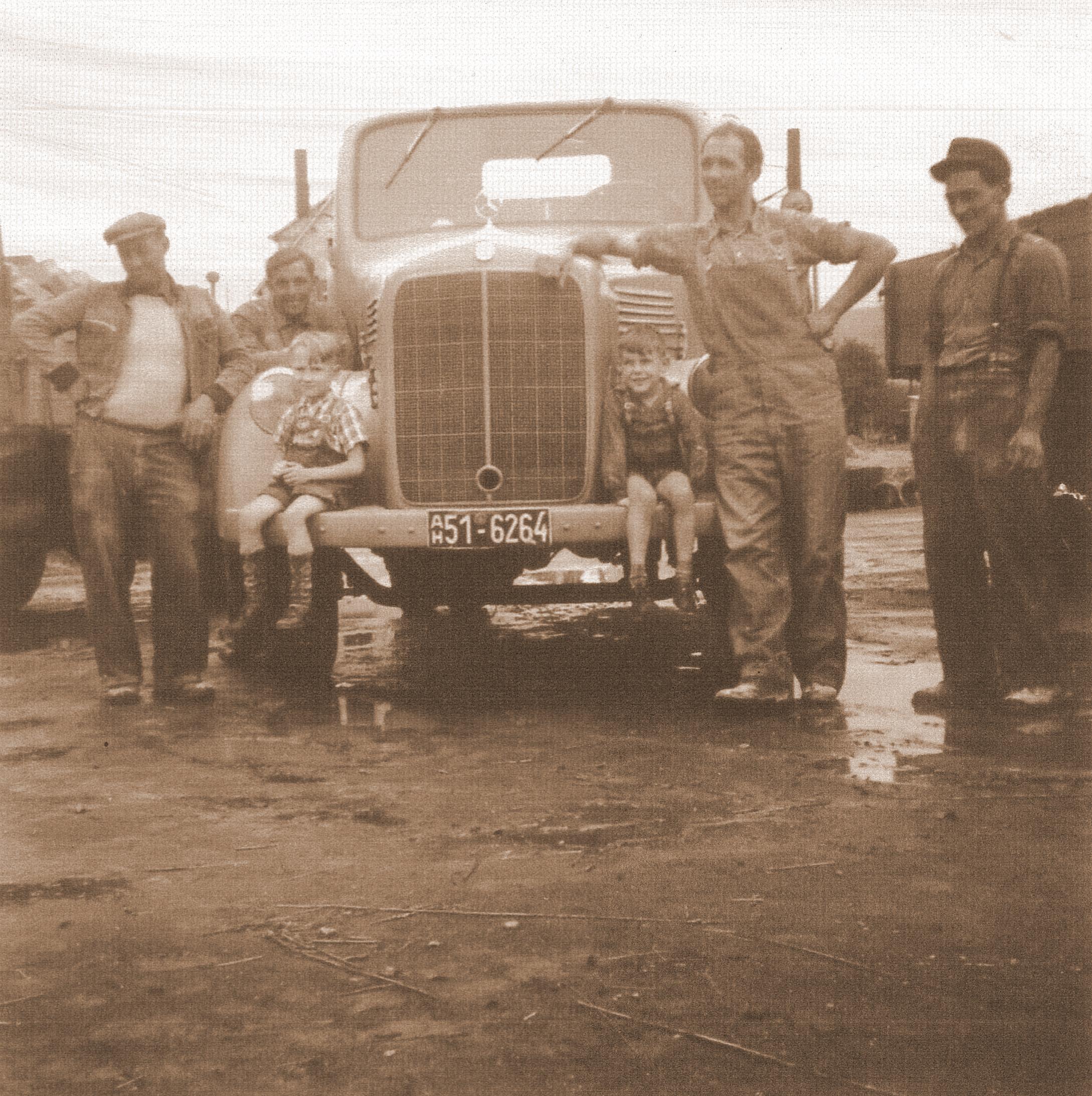 HistorischesFoto LKW Familie Sepia