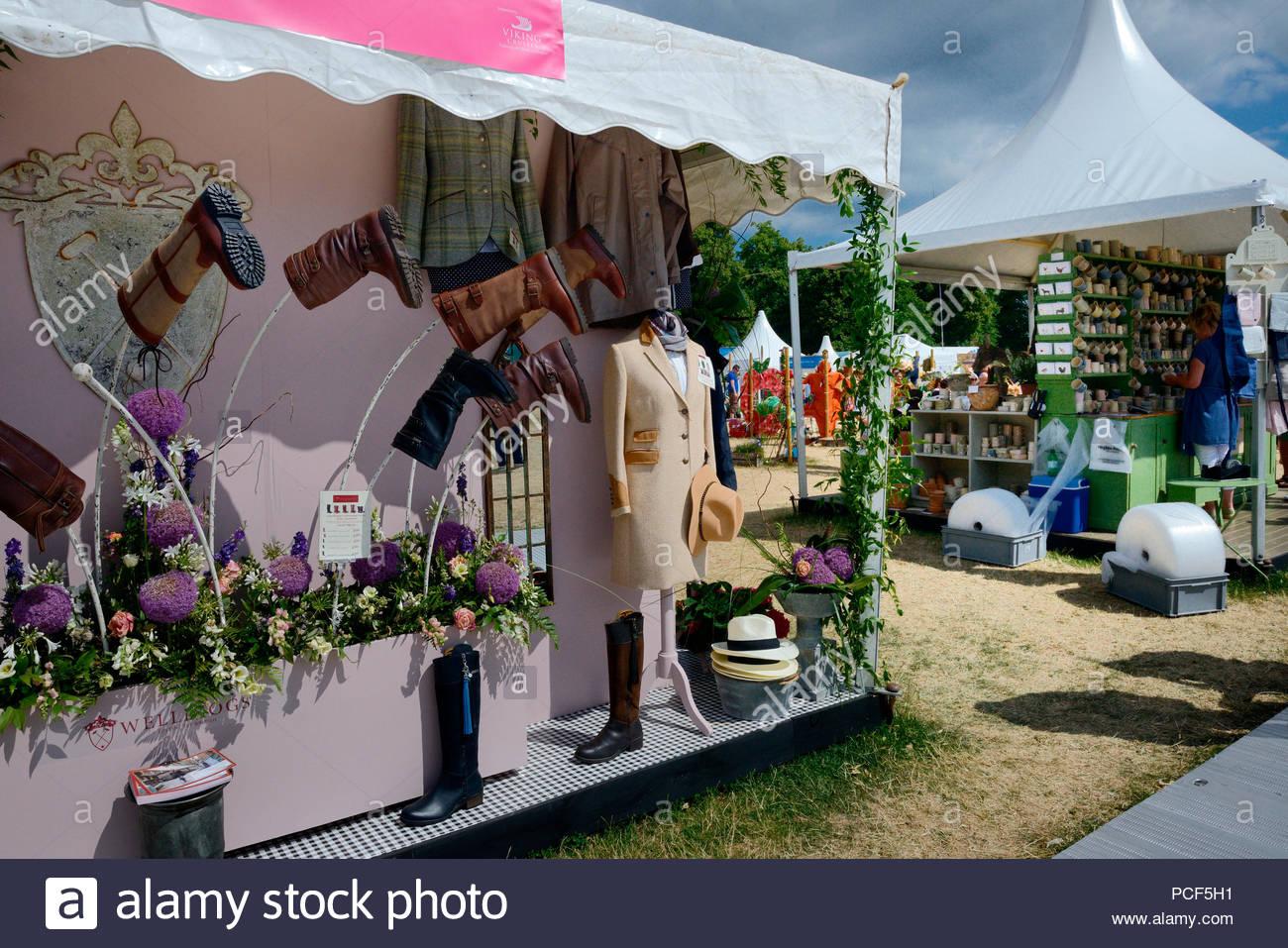 hampton court flower show austellungzelte mit gartenartikeln london england grossbritannien europa blumenschau gartenschau gartenausstellung PCF5H1