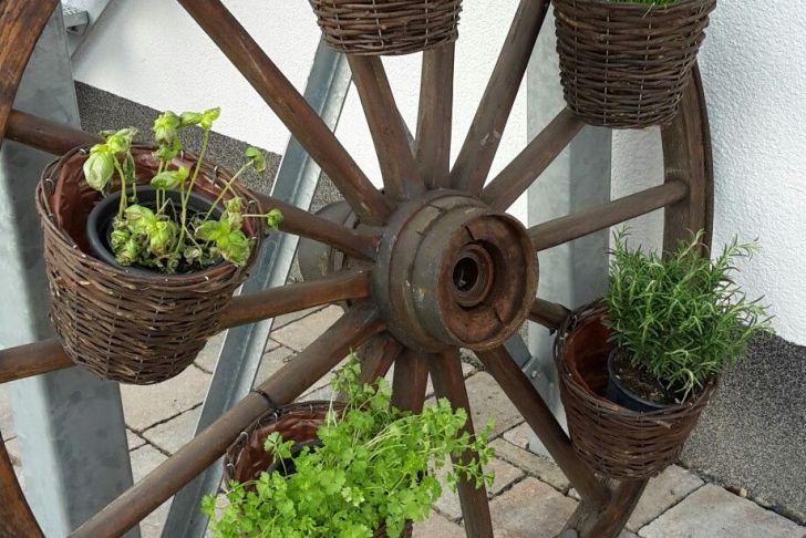 Gartendeko Holzbalken Genial Wagenrad Als Kräutergarten Garten