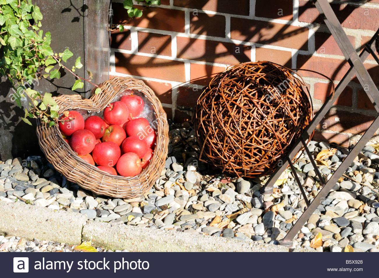 gartendekoration mit pfeln und korbwaren garden decoration with apples B5X928