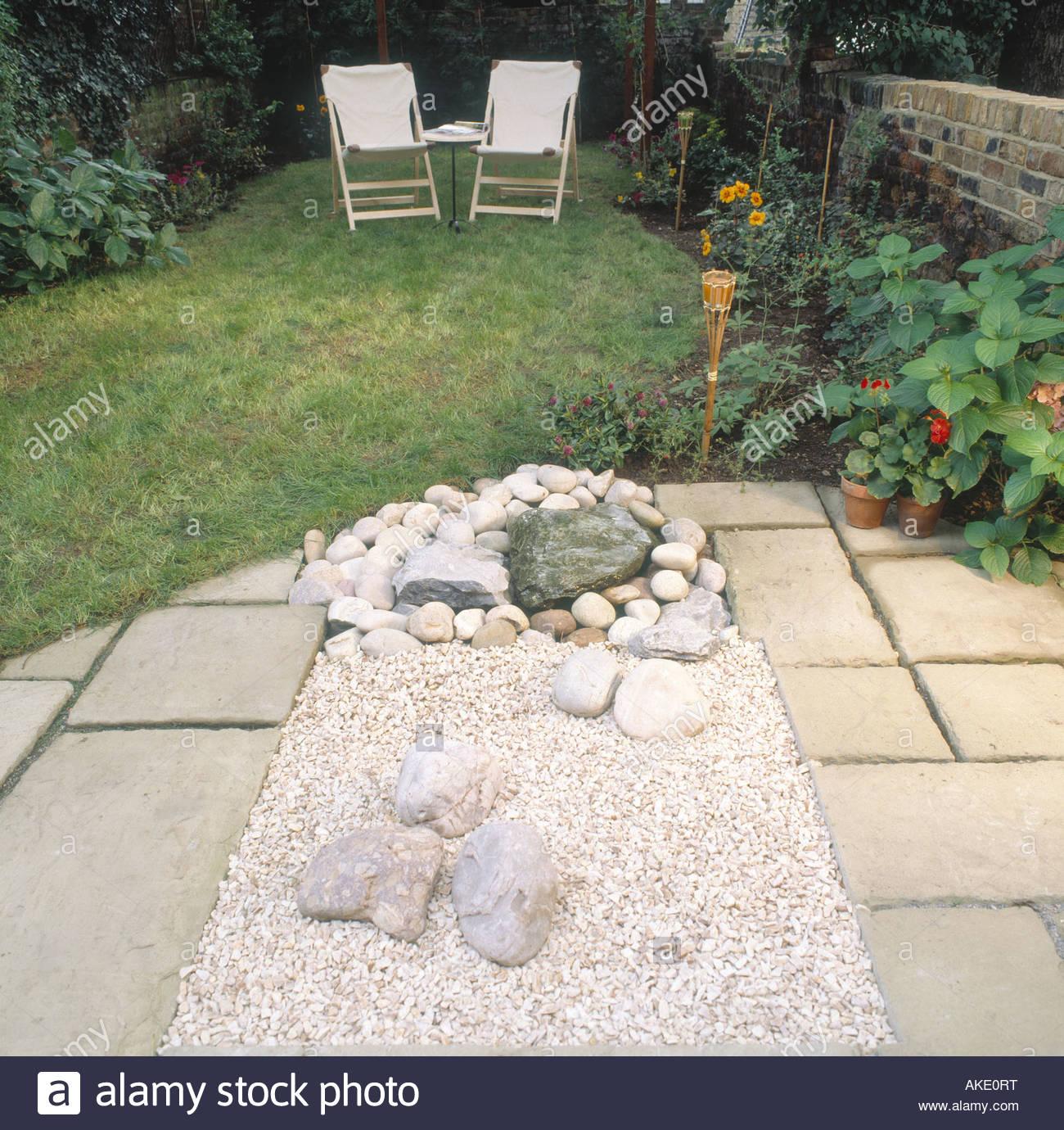 kleinen garten hinter dem haus sequenz london patio stein blase brunnen wasser kieselsteine rasen stuhle kies blume bett ostgrenze ake0rt