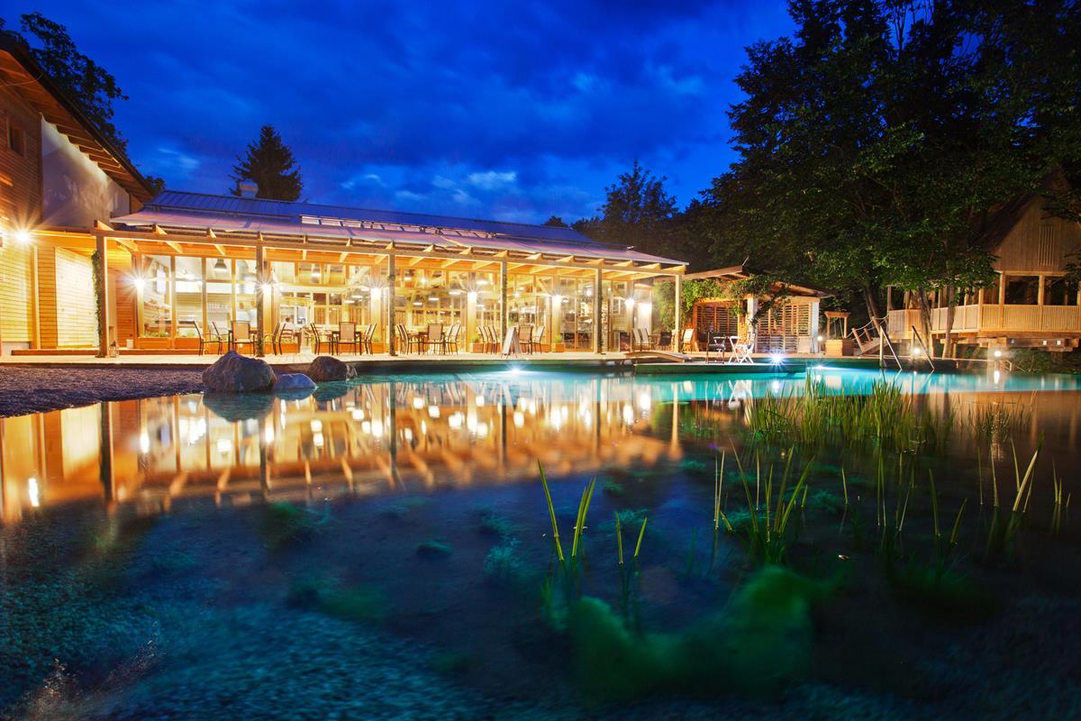 Restaurant und Swimming Teich Nachtaufnahme Garden village Bled 02 1