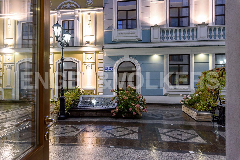 21 Vihod na pridomovuyu territoriyu kompleksa s dekorom klassicheskih falsh fasadov1