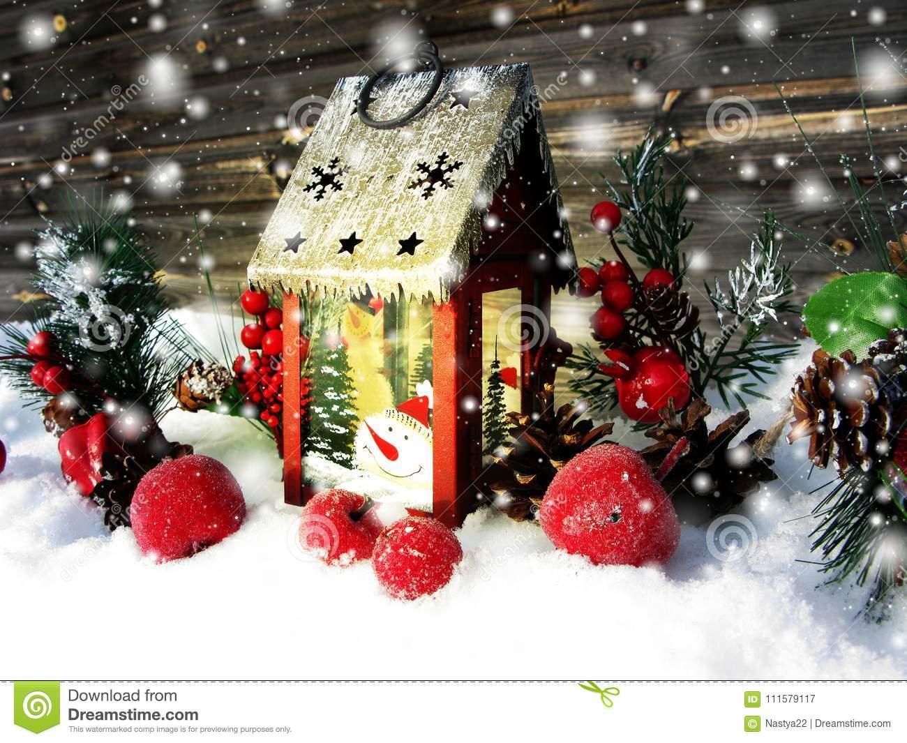ягоды и снег зимы украшения фонарика рождества на деревянном b