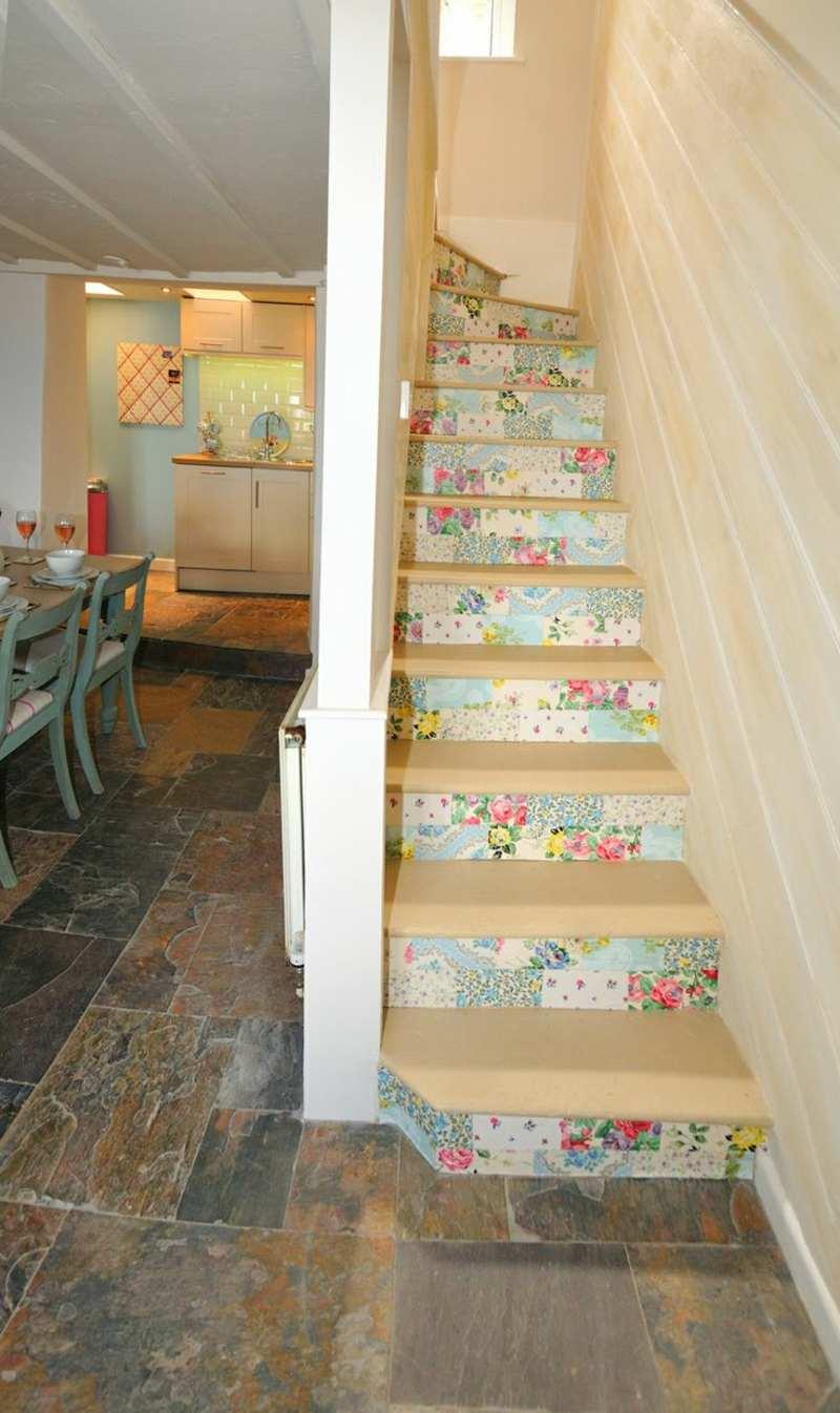 treppe dekorieren romantisch florale motive tapete steinfliesen kueche