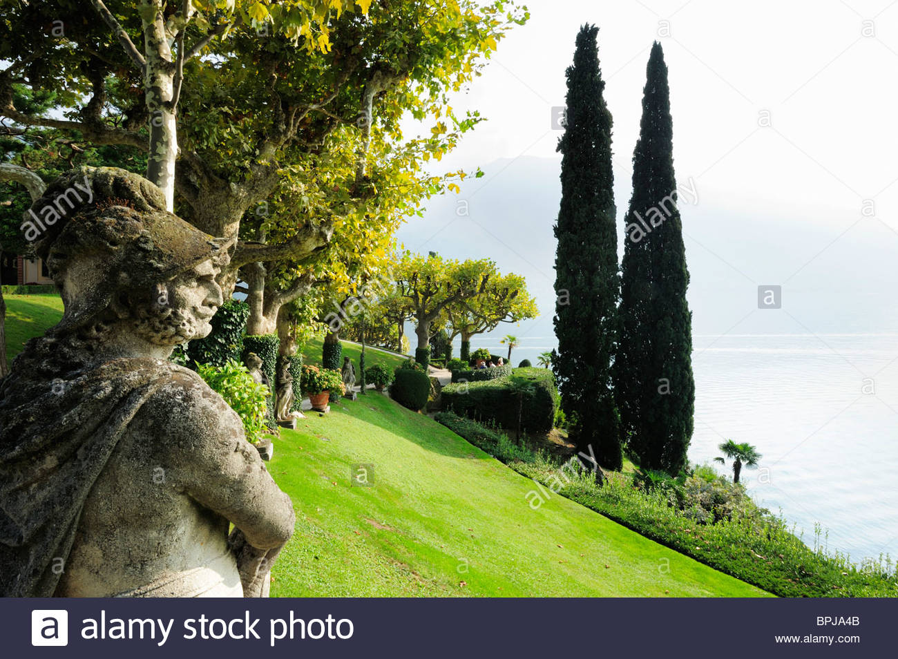 skulpturen und zypressen im park der villa del balbianello lenno er see lombardei italien bpja4b