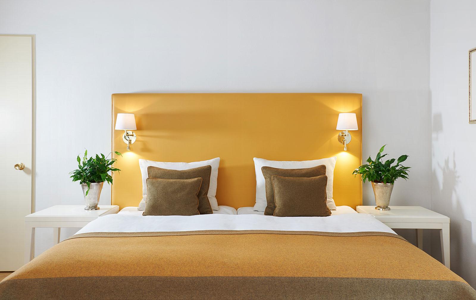 Doppelzimmer gelb Parkettboden