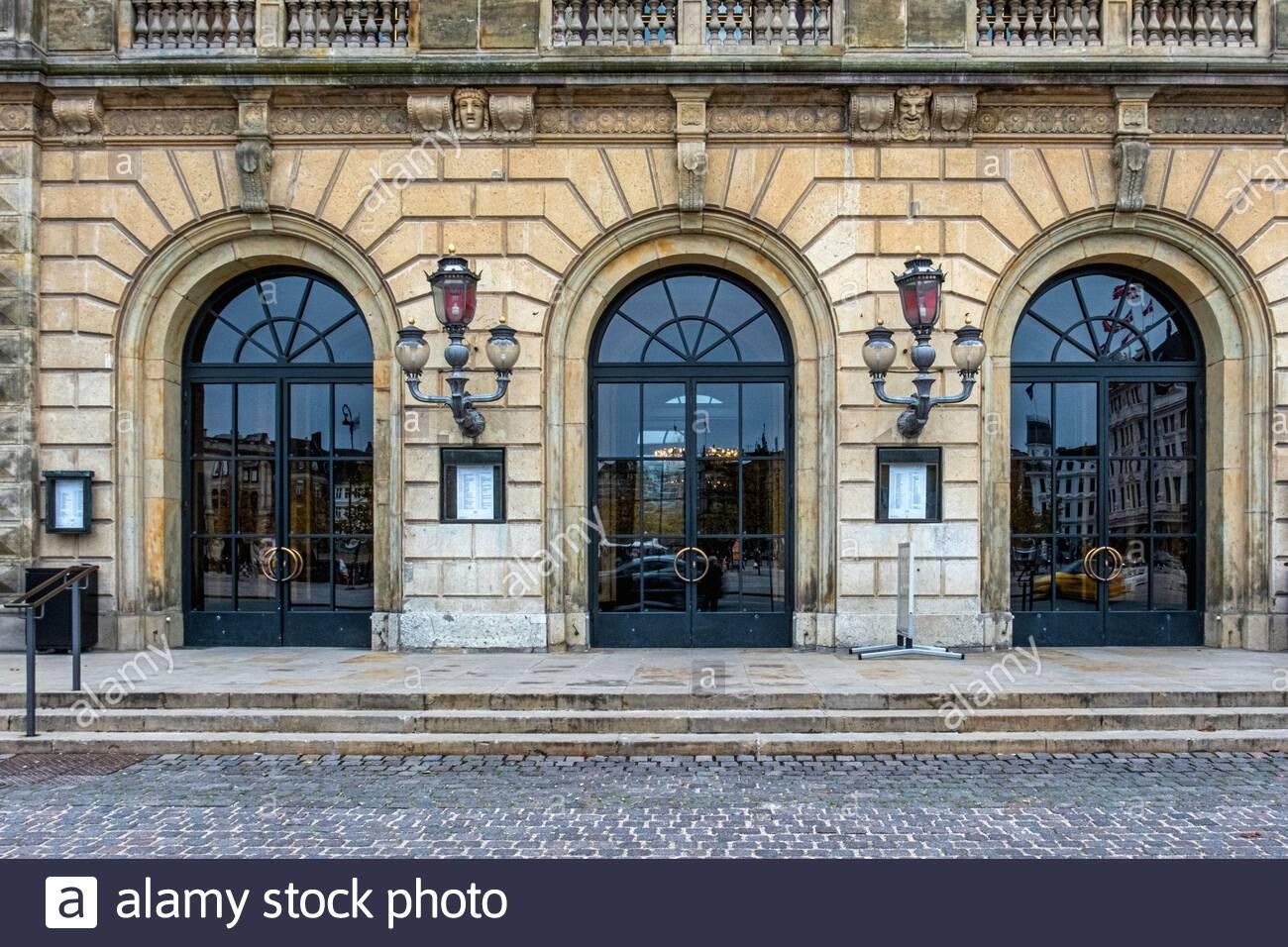 eintritt zum royal danish theatre das heutige gebaude wurde von den jahren 1872 74 erbaut und von wilhelm dahlerup am kongens nytorv 1 kopenhagen danemark entworfen es hat eine kunst 2amyx53