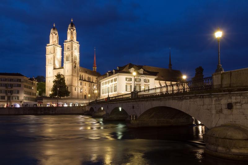 grossmã ¼有桥梁的nster教会在晚上 image