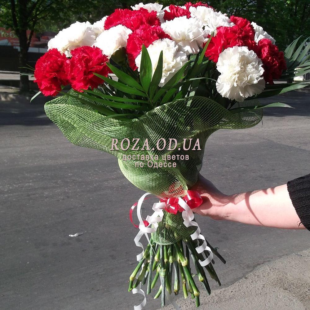 25 belo krasnyx gvozdik od 0927 1