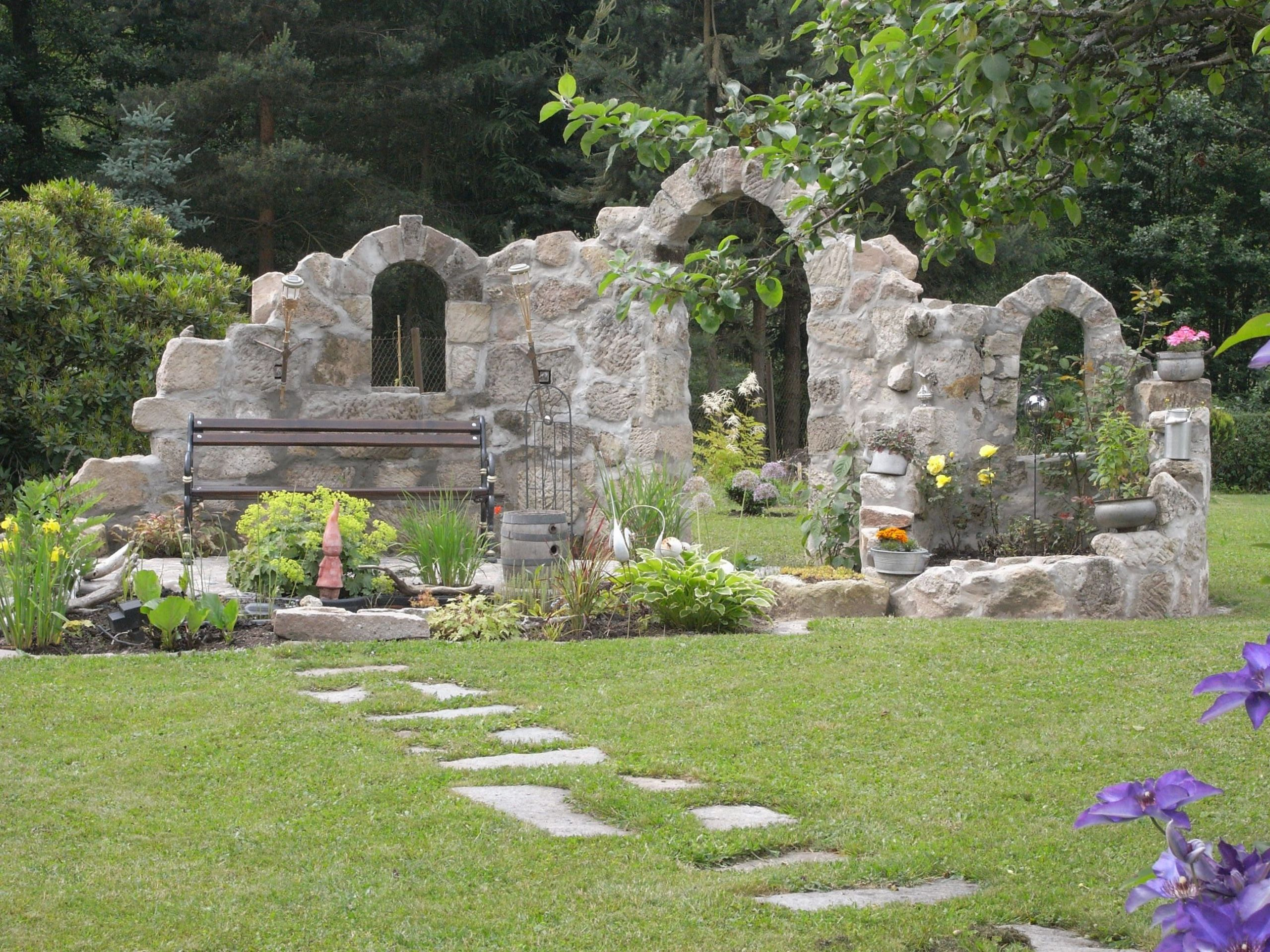 burgruine sitzplatz am teich ruine bilder und fotos ideen rund ums haus steinmauer garten bilder of steinmauer garten bilder scaled