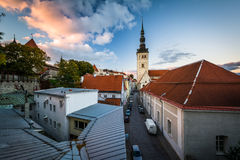 库存照片 圣尼古拉斯教会看法在日落的老塔林 爱沙尼亚 image