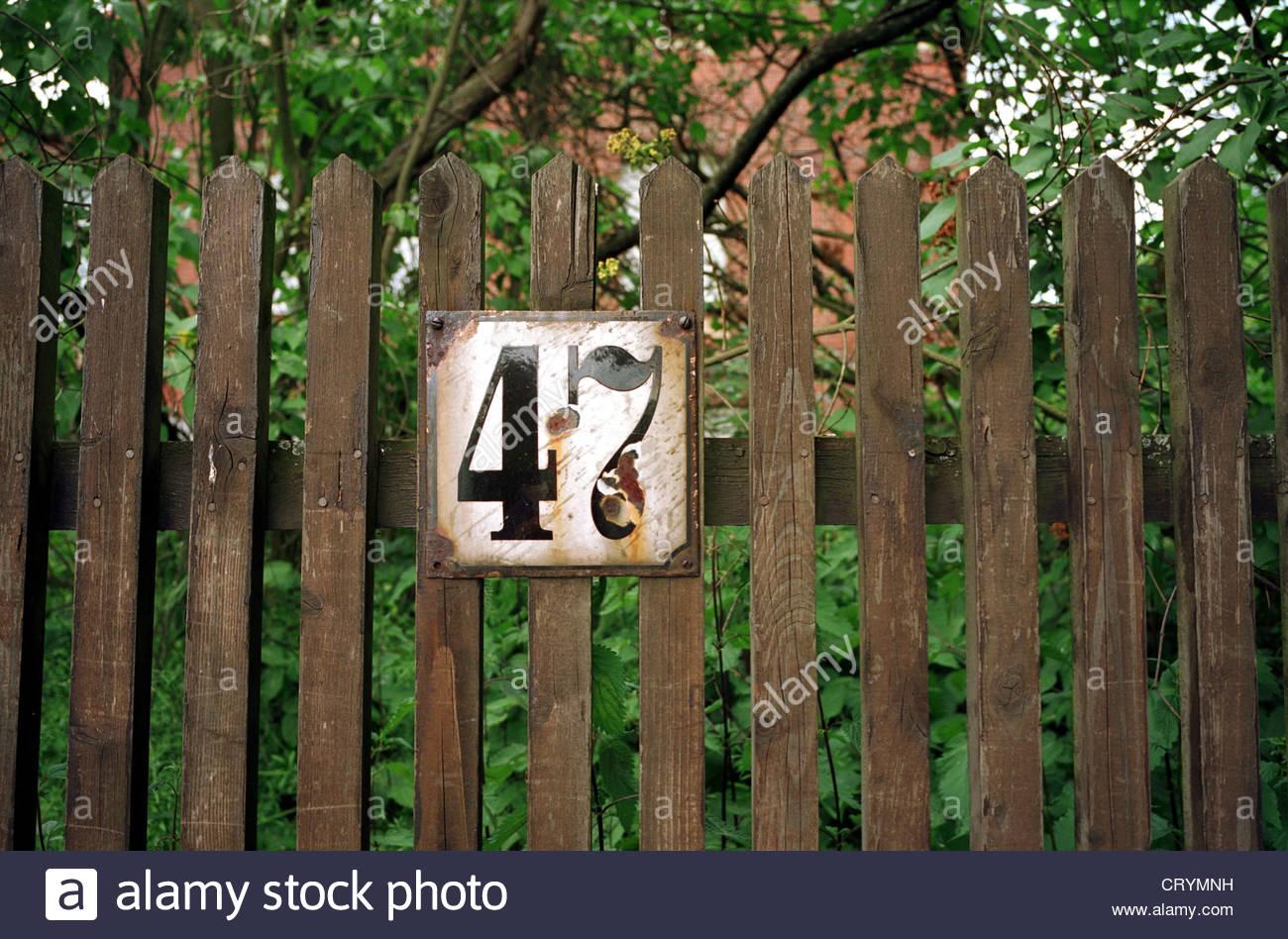 rostige schild mit nummer 47 auf einem alten holzzaun crymnh