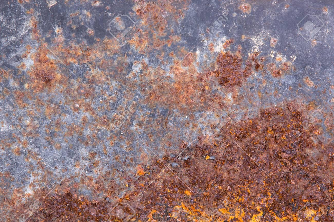 grungy alten rost metalloberfläche mit blauer farbe ausgespielt abblättern und roten eisenoxiden rost od
