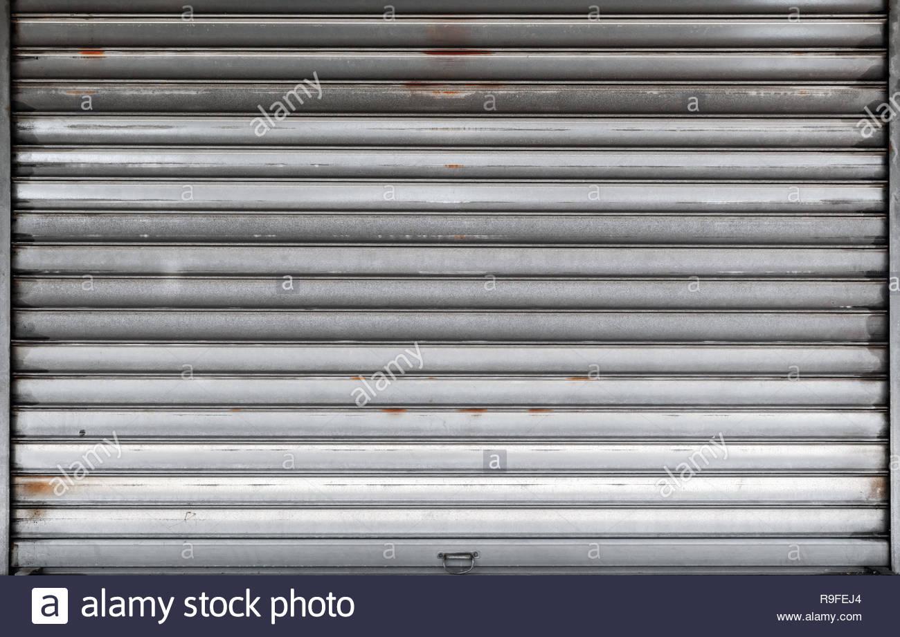 geschlossene garagentor rostiges metall roll tor hintergrund foto textur vorderansicht r9fej4
