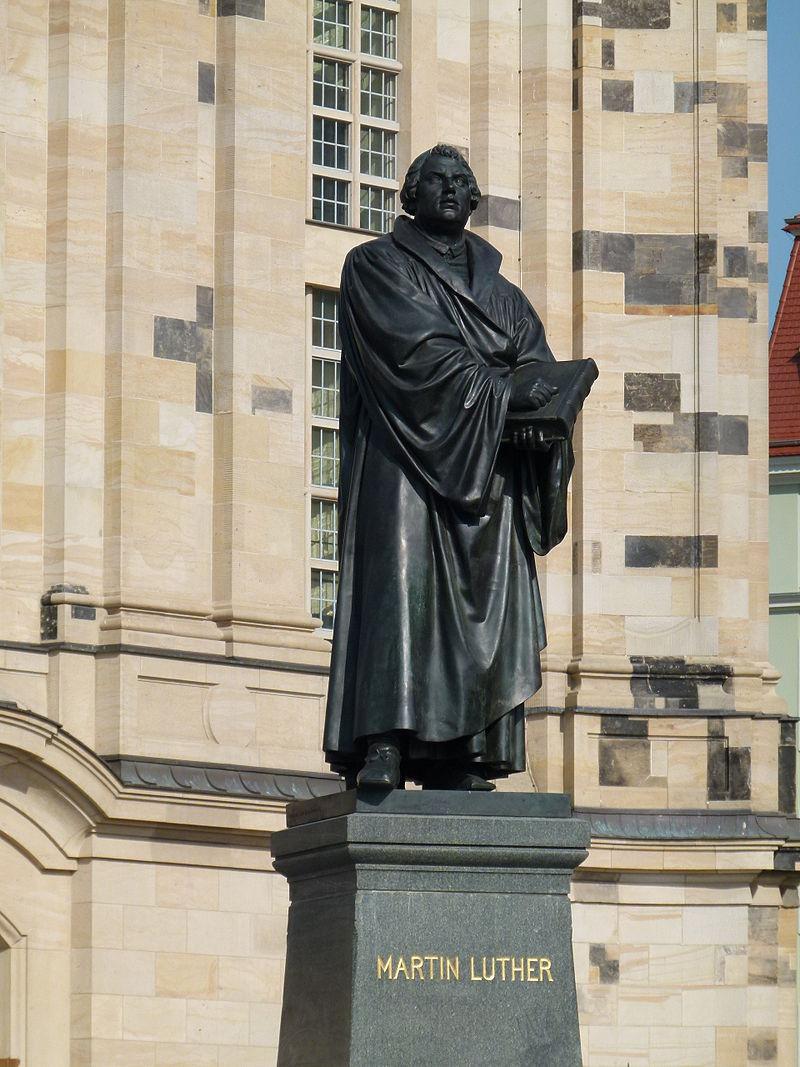 800px Martin Luther Denkmal vor der Frauenkirche in Dresden 2