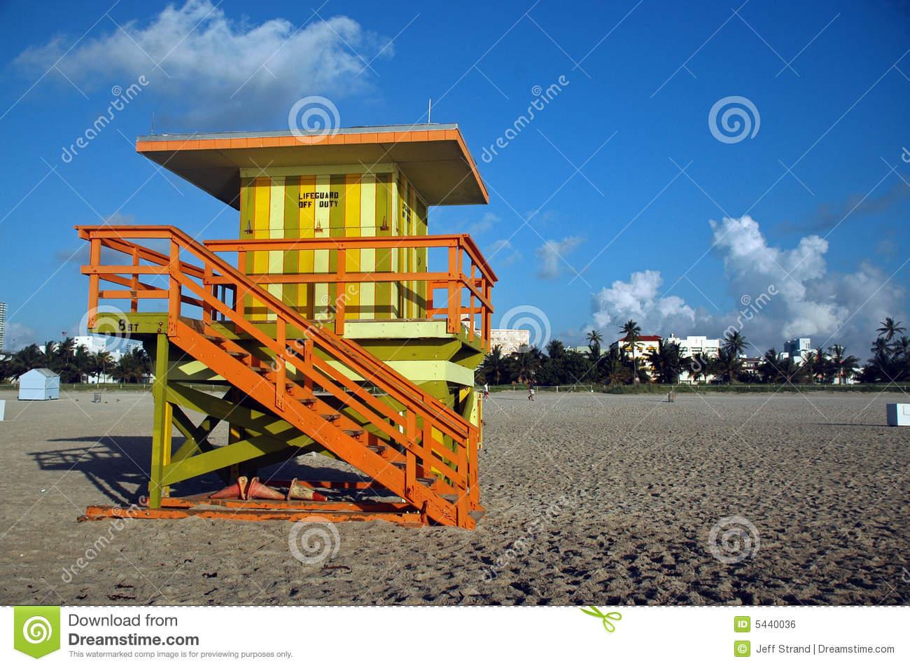 желтый цвет башни зеленой личной охраны пляжа южный