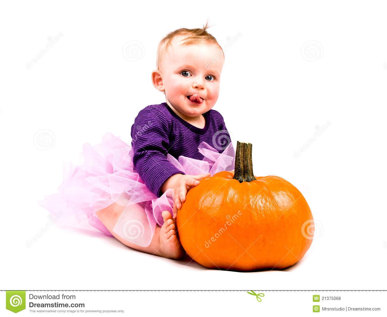baby im kostüm mit halloween kürbis