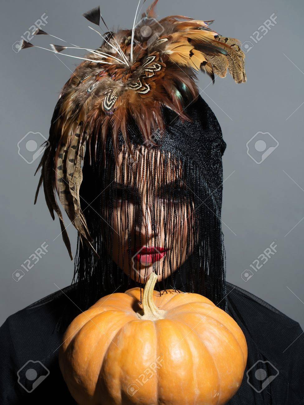 junge frau oder ein mädchen mit roten lippen auf hübsches gesicht in schönen federhut braune farbe wie hallowe