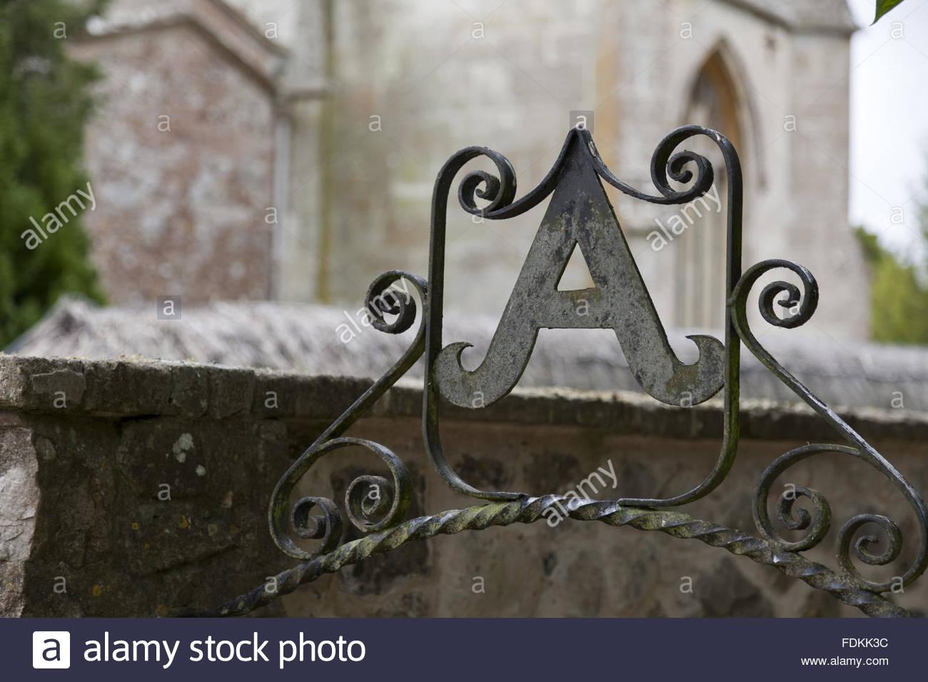 gusseisen deko buchstaben a und scroll arbeiten uber dem eingang in garten in avebury manor wiltshire fdkk3c