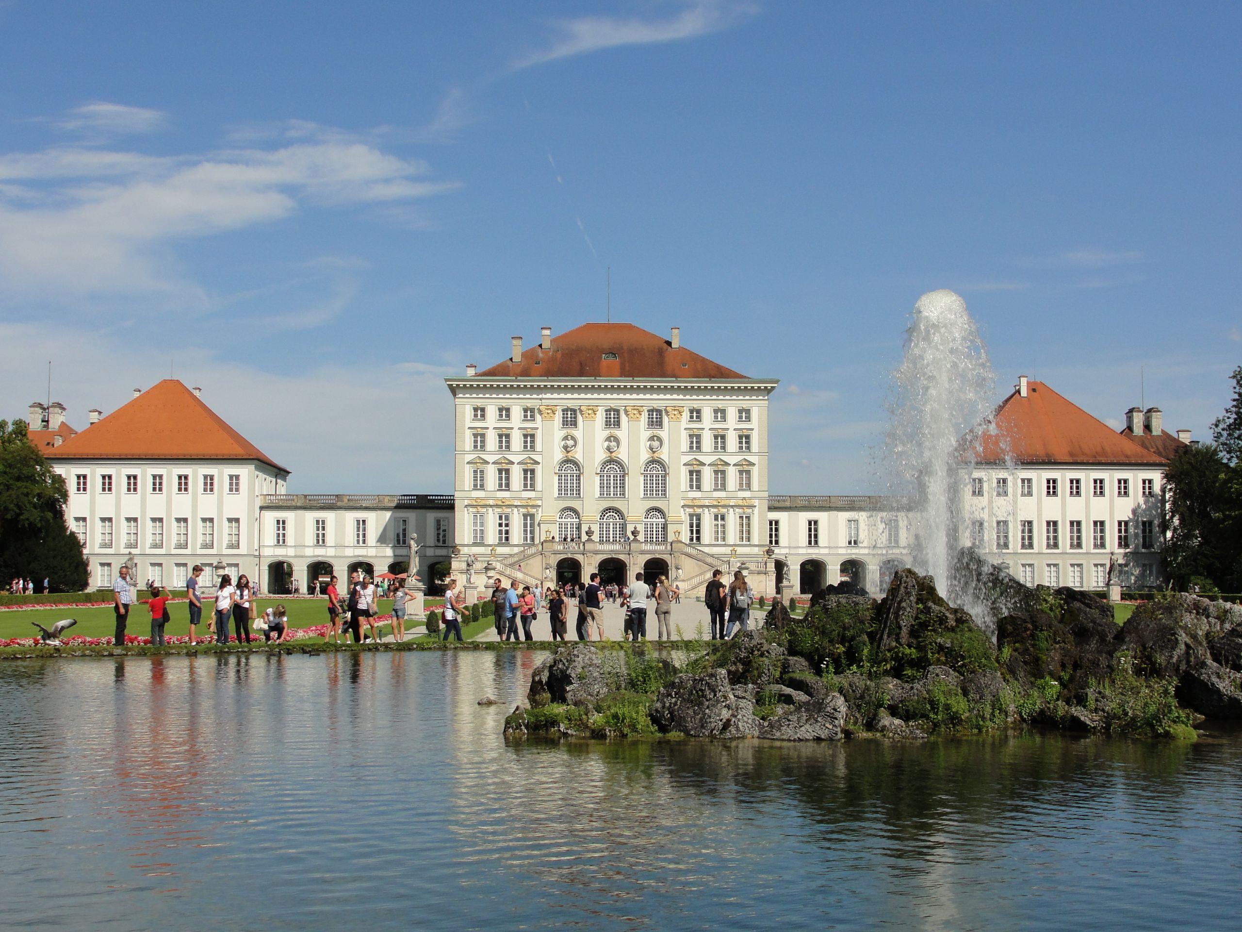 Schloss Nymphenburg Hinten Schlosspark mit Springbrunnen