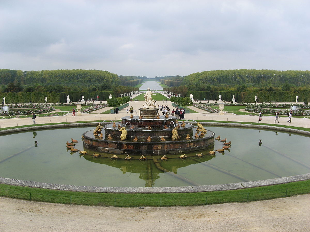 1200px Versailles gardens with a fountain