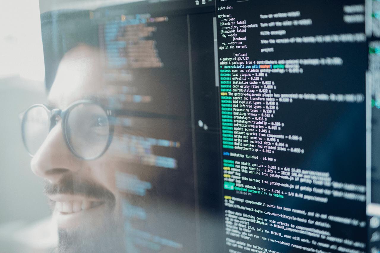 Webentwicklung Marc Radziwills spiegelt sich in seine Bildschirm mit Programmiercode