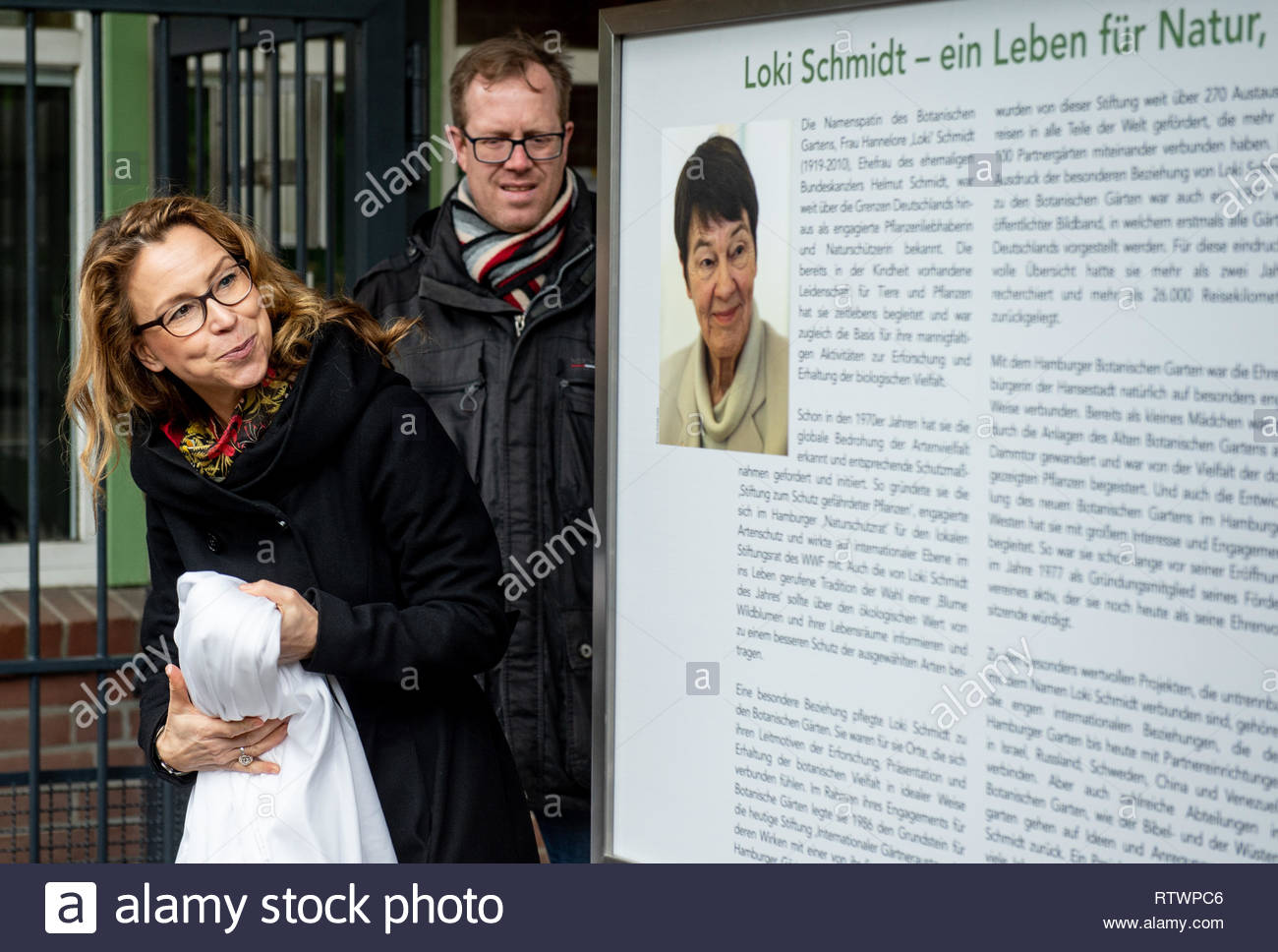 hamburg germany 03rd mar 2019 carola veit spd president of the hamburg parliament unveils a memorative plaque in honour of hamburgs honorary citizen loki schmidt who d in 2010 in the botanical garden a birthday matinee was held to memorate the life of schmidt as a conservationist who would have turned 100 on 03 march 2019 credit axel heimkendpaalamy live news RTWPC6