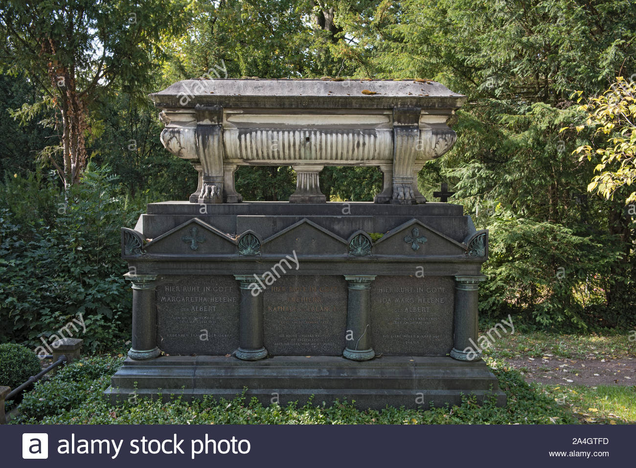 monuments and tombstones on the main cemetery in frankfurt main germany 2A4GTFD