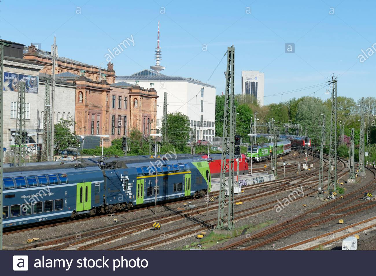 kunsthalle and muter trains at hamburg central station hamburg germany europe 2B4JC8P